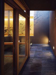 玄関アプローチには落ち着いた柔らかい黒色が和の雰囲気に最適な玄昌石を敷き詰めました。 Japanese Modern, Japanese House, House Entrance, House 2, Indoor Garden, Interior Inspiration, Ideal Home, Beautiful Homes, Kitchen Decor