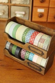 Heel handig voorhet opbergen van o.a. al je deco tape. Deze houten opbergset. 17cm x 6.5cm x 6.5cm