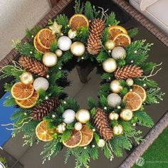 Rose Gold Christmas Decorations, Christmas Flowers, Christmas Centerpieces, Diy Christmas Ornaments, Homemade Christmas, Xmas Decorations, Holiday Crafts, Christmas Wreaths, Deco Floral