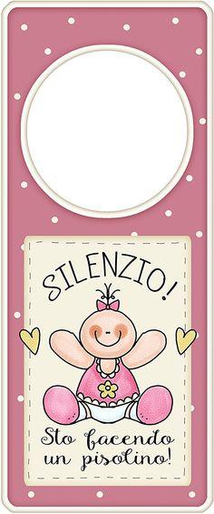 """appendi porta in legno rosa """"Silenzio sto facendo un pisolino"""" idea regalo, artigianato italiano, made in Italy, con frase scritta, spiritosa, fuori stanza, appendi porta, fuori porta, tavola country: Amazon.it: Casa e cucina"""