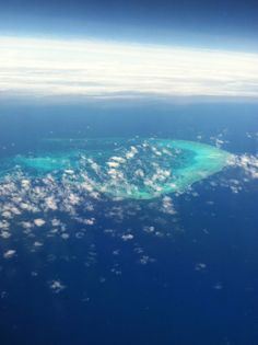 今日あたりから仕事始め、普通の生活を取り戻してる方が多いのでしょうか?  これは、ハワイから日本に帰る途中の空の上からの一枚、「パール環礁」です。 昨年の夏に、一時帰国の際に機内から撮影、ちょっと雲がありましたが綺麗に撮れました。  旅の最後にこうした景色を見て、機内で旅の思い出を思い出しながら飛んで行くのもいいですね♪ 我が家は、今度日本に一時帰国するのはいつだろう???  Mama ❤ S