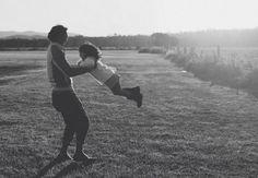 Imagens que mostram momentos especiais entre pais e filhas juntos.