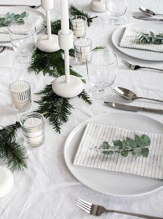 Des touches dorées et modernes (avec les bougies) pour compléter la déco d'une table de Noël au look naturel