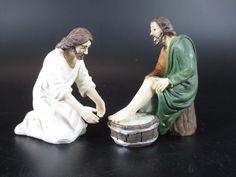 """Am Vorabend seiner Kreuzigung wusch Jesus während des letzten Abendmahls seinen Jüngern die Füße und trocknete sie mit dem Tuch, das ihn umgürtete. Die hier gezeigten Figuren der Fußwaschung sind eine Gruppe von mehreren Figuren aus der ARTICOLI RELIGIOSI KOLLEKTION, die den Passionsweg und den Leidensweg Jesus Christus darstellen .Andere Figuren finden sie in meinem Shop unter """"Passionsfigur"""""""