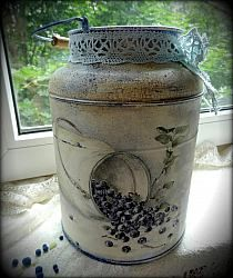 milk can art - Yahoo Image Search Results Decoupage Art, Decoupage Vintage, Vintage Crafts, Painted Milk Cans, Milk Can Decor, Milk Pail, Old Milk Cans, Wine Bottle Art, Tole Painting