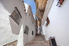 Rincones de Andalucía: calle de Setenil de las Bodegas (Cádiz) / Places of Andalusia: a street of Setenil de las Bodegas (Cádiz)