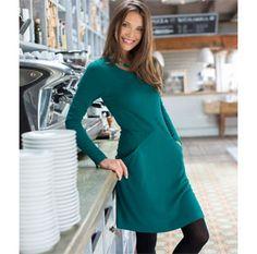 Kleid Cosima 49,95 € Easykleid in Smaragd Unkomplizierte Kofferqualität! Kleid aus griffigem Ponte-Roma-Jersey mit raffiniert figurschmeichelndem Schnitt: Eine Teilungsnaht betont die Längsachse, ab der Taille verstärken zwei zusätzliche, seitlich abfallende Nähte den Schlankmach-Schnitt. Praktisches Extra: In den schrägen Nähten sind 2 Taschen versteckt! Tailliert, mit sanfter A-Linie. Rückenlänge Gr. 38 ca. 92 cm, Gr. 48 ca. 98 cm. 85 % Viskose, 12 % Polyester, 3 % Elastan.Kleid Cosima