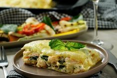 Si quieres un platillo sofisticado y delicioso, prepara esta rica lasaña de camarones con espinaca en una deliciosa salsa alfredo, que además de ser exquisita tiene el delicioso sabor del tocino, el queso parmesano y queso manchego. ¡Sólo necesitas 12 ingredientes para prepararla!