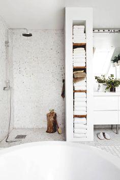 Dettaglio doccia bagno in muratura con rivestimento in mosaico - stile scandinavo minimal