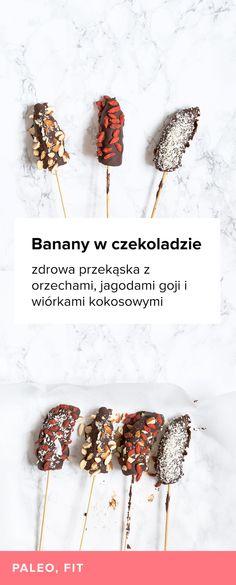 Przepis na prosty deser - banany w gorzkiej czekoladzie z dodatkami. Banany w czekoladowej powłoce posypane migdałami, jagodami goji i wiórkami kokosowymi.
