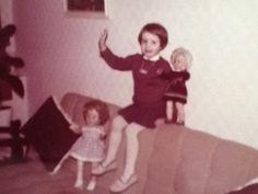 """""""Samen met mijn twee poppen. Elsje staat op de bank bij mijn benen en Anneke staat bij mij op de rugleuning. Dit was 1963 toen ik 5 jaar was.  en nu nog steeds heb ik beide poppen bij mij. Inmiddels ben ik 57 en zal Anneke en Elsje altijd goed bewaren."""" Desiree #fotoschrijven"""