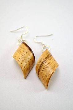 Boucles doreilles en bois. Placage de zébrano naturel.