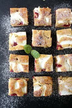 Raspberry cake with baked cheese cream I Love Food, A Food, Food And Drink, Baked Cheese, Raspberry Cake, Frisk, Just Desserts, French Toast, Muffins