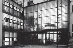 """Pierre Chareau et Bernard Bijvoet, la Maison du Dr Dalsace dite """"Maison de verre""""(1931) , 31 rue St Guillaume Paris"""