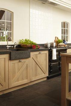Keuken hout Kitchen Pantry, Rustic Kitchen, Kitchen Dining, Kitchen Cabinets, Kitchen Upgrades, Tiny House Plans, Cuisines Design, Rustic Interiors, Kitchen Flooring