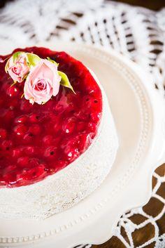 Fehércsokis ribizlis sajttorta  Zabpelyhes keksz alapon jelentős vastagságú (kb. négyujjnyi) fehércsokoládés krém, rajta főzött ribizli réteg. Az édes és a savanykás íz páratlanul harmonizál ebben a tortában. Kevés hozzáadott cukorral készül. Igazán csábító, szemet gyönyörködtető látvány! Budapest, Wedding Cakes, Birthday Cake, Food, Birthday Cakes, Wedding Pie Table, Essen, Cake Wedding, Wedding Cake