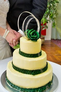 Flaxation two flower cake topper in bright green flax flowers and silver loops. Cake bands are woven flax with spiral clasps by Flaxation.