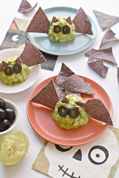 Guacamole Halloween Bats for the win! THREE days until Halloween! Anyone got their costumes ready yet? Today is a special post because I am giving you 2 Halloween-inspired food ideas. Dessert Halloween, Halloween Party Appetizers, Healthy Halloween Treats, Appetizers For Kids, Halloween Dinner, Halloween Food For Party, Halloween Bats, Appetizer Recipes, Halloween Recipe