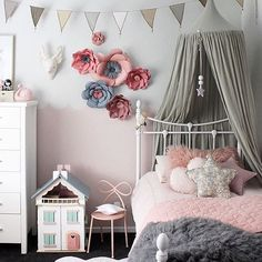 How amazing are those super size blooms in this space?! @paperbloomgirls you've done it again! So in love with the combo of pink and grey, just works so perfectly and the bunting from @lovelittleco ties it all together beautifully! this room by one stylish mama @beaumondemama ✨
