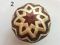 Ozdobná guľa vyrobená metódou falošného patchworku. Použité sú saténové stužky. V prípade záujmu prosím uveďte v poznámke, či chcete dorobiť patent na zavesenie....