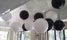 ronde zwarte en witte ballonnen in combi met de emoji gele folies