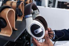 Der Sennheiser HD 599 ist das neue Premiummodell der 500er-Kopfhörer-Serie aus der Wedemark. Wir haben uns den Kopfhörer auf der IFA 2016 angesehen.