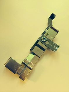 So Popo Sew: Zo'n overlock: wat doet dat nu eigenlijk! Overlock Machine, Bangles, Sewing, Womens Fashion, Lockers, Jewelry, Fashion Styles, Gummi Candy, Kunst