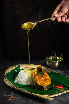 Ilish Mach Bhaja Tel r Bhat is a simple Bengali delicacy. Fried hilsa and rice. Nothing can beat fresh fried hilsa and mustard oil ladened rice on monsoon. Food Photography Styling, Food Styling, Chefs, Bengali Food, Fun Easy Recipes, Back To Nature, Food Menu, Food Presentation, Food Plating