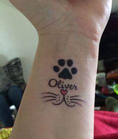 hier ist eine tolle idee zum thema katzen tatzen tattoo auf handgelenk   herz, rote nase
