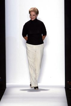 Carolina Herrera Slacks - Carolina Herrera took a bow during her Spring 2006 fashion show wearing a casual yet stylish ensemble, consisting of white slacks, a black turtleneck, and espadrilles. White Pantsuit, White Slacks, Older Women Fashion, Sexy Older Women, Womens Fashion, Over 60 Fashion, Ny Fashion Week, Mango Fashion, White Fashion