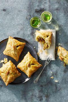 Een nieuw heerlijk kookboek is Melk en Dadels, met daarin 100 geheime recepten van Marokkaanse moeders. In dit boek delen moeders van bekende en andere bijzondere Marokkaanse Nederlanders hunculinaire erfgoed. Wij mogen een lekker recept delen uit dit boek: briwat met kip, heerlijke bladerdeeghapjes gevuld met geurige kip, rozijnen en amandelen. Ook ideaal om in […]