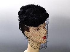Feltro tilt cappello nero di 1940 Fascinator con velo Vintage di guerra Era  moda donna Feltro 7feeb21123cc