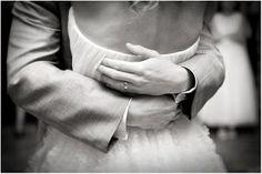 """""""Mas o melhor do abraço não é a ideia dos braços facilitarem o encontro dos corpos, o melhor do abraço é a sutileza dele, a mística dele, a poesia. O segredo de literalmente aproximar um coração do outro para conversarem no silêncio q dá descanso à palavra, o silêncio onde tudo é dito sem q nenhuma letra precise se juntar à outra. O melhor do abraço é o charme de fazer com q a eternidade caiba em segundos, a mágica de possibilitar q duas pessoas visitem o céu no mesmo instante!...""""(ana…"""