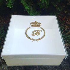 Caixa com base em madeira laqueada e tampa em acrílico com monograma. #casamento #marriage #festa #wedding #lembrancas #presente #noivasdoespiritosanto #noivascapixabas #batizado #caixa #personalizado #monograma #padrinhos #madrinhas #instavix