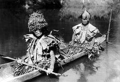 COLLECTIE TROPENMUSEUM Twee vrouwen in een boot bij Siberoet Mentawai-eilanden.