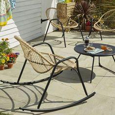 """Salon de jardin composé d'un fauteuil de jardin """"Cuba"""" en métal et rotin tressé synthétique, un rocking chair """"Cuba"""", et une table basse en métal assortie, Castorama"""