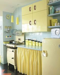 #mellowyellow #goodnightig #notmyphoto #vintagekitchen #retrokitchen #retrohome #retrodecor #vintagedecor #60s #50s #onlineshop #pastels #kitsch #colorfulhome #positivevibes #postivity #positivevibesonly #pasteldreams #yellow #pastellife #pinup #vintagelover  #etsy #etsyshop #shop #link in bio
