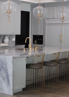 Home Decor Ideas gathered a few modern kitchen ideas, from the world's top interior designers, so you too can feel inspired to renovate your luxury kitchen. Interior Design Kitchen, Luxury Interior, Modern Interior Design, Modern Interiors, Gold Interior, Black Interiors, Luxury Kitchen Design, Design Interiors, Contemporary Interior