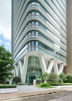 Located in North Point, the eastern district of Hong Kong Island, 18 King Wah Road is a new office building in Hong Kong and second commission for Pelli Clarke Pelli Architects. 18 King Wah Road commands a striking view of Victoria Harbor and Ko… Futurism Architecture, Facade Architecture, Concept Architecture, Biophilic Architecture, Steel Building Homes, Building Facade, Design Exterior, Facade Design, Residential Building Design