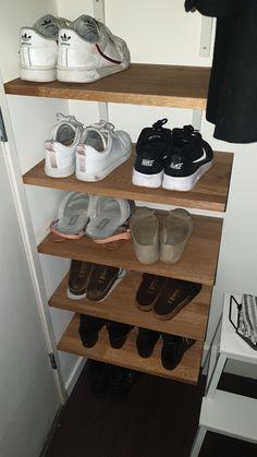 Wij wilden onze vele schoenen een mooi plekje geven in huis. Aangezien het een niet al te grote ruimte is, hebben we onze huidige kapstok van de muur gehaald. Op de lege wand hebben we met eikenhout en zwarte stijger buizen een nieuwe opbergruimte gecreëerd. Altijd snel en uitermate netjes ontvangen. Eikenhout online besteld bij OPMAATZAGEN.nl en zwarte stijger buizen bij een andere partij online besteld.De witte plankdragers zijn van de IKEA. Na alles binnen te hebben gekregen, hebben we de… Oak Panels, Shoe Cabinet, Custom Shoes, Rowan, Clean Up, Shoe Rack, Tiny House, Sweet Home, Ikea