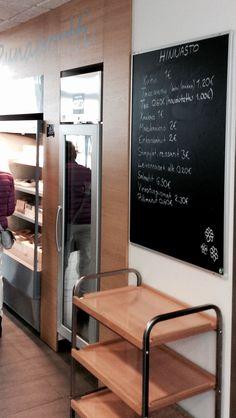 Tutustumassa kahvila-ravintola Punaportissa Hämeenlinnassa.