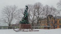 Ciudad de Helsinki  Invierno de 2017 Finlandia : Escultura Náufragos de Robert Stigell en el Observ...