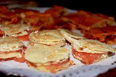 Milhojas de salmón, queso y confitura de tomate