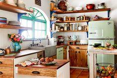 Интерьер кухни с деревянными открытыми полками