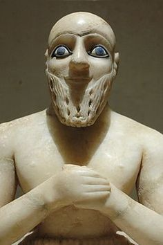 Estatua del superintendente Ebih-iI (Mari, 2400 a.C.). Son elementos típicos las manos unidas, la barba rizada y los ojos grandes circulares. La inscripción que acompaña a la estatua informa que estaba dedicada a la diosa Ishtar.