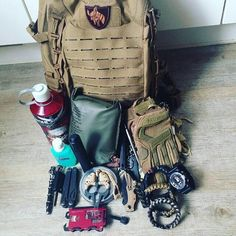 """""""#Repost @awesomegue ・・・ My edc + carpack! #SuperesseStraps #tan #tacticalblack…"""