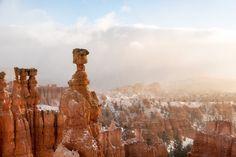 """Guido Diana wollte schon seine Sachen packen, als dichter Nebel die Sicht am Bryce Canyon in Utah behinderte. Doch dann kam starker Wind auf, der die Wolken wegblies. """"Dadurch sind mir doch noch eindrucksvolle Aufnahmen gelungen"""", sagt er. """"Meine Finger waren fast erfroren, und ich war froh, als ich endlich einen Becher Kaffee in den Händen hielt."""""""