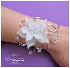 Bracelet de mariage avec fleur de soie blanche et perles cristal