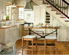 How to design a cozy cottage-style interior: coastal cottage kitchen with wood plank walls, vintage-style details, built-ins and wood floors Cottage Kitchens, Cottage Homes, Home Kitchens, Bungalow Kitchen, Camper Kitchen, Dream Kitchens, Style Cottage Anglais, Cottage Style, Design Rustique