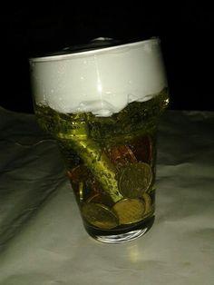 Een surprise voor een man kan bijna niet fout met deze surprise: een bierglas met gel en scheerschuim. Vieze handen gegarandeerd!